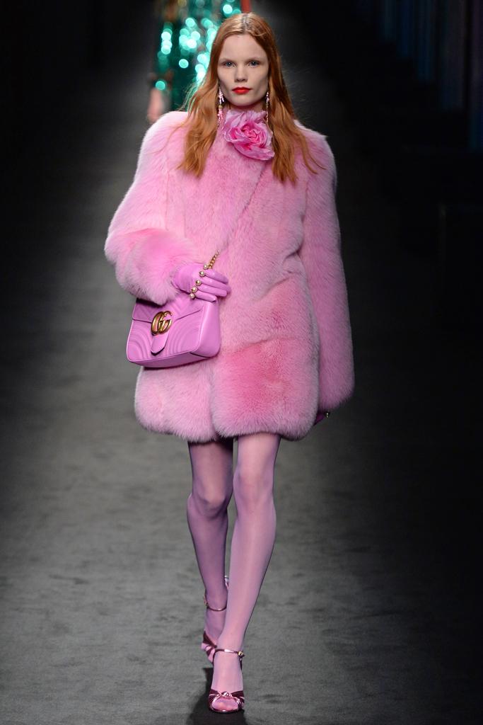 На фото: розовая шуба - новый тренд осени и зимы из коллекции Gucci.