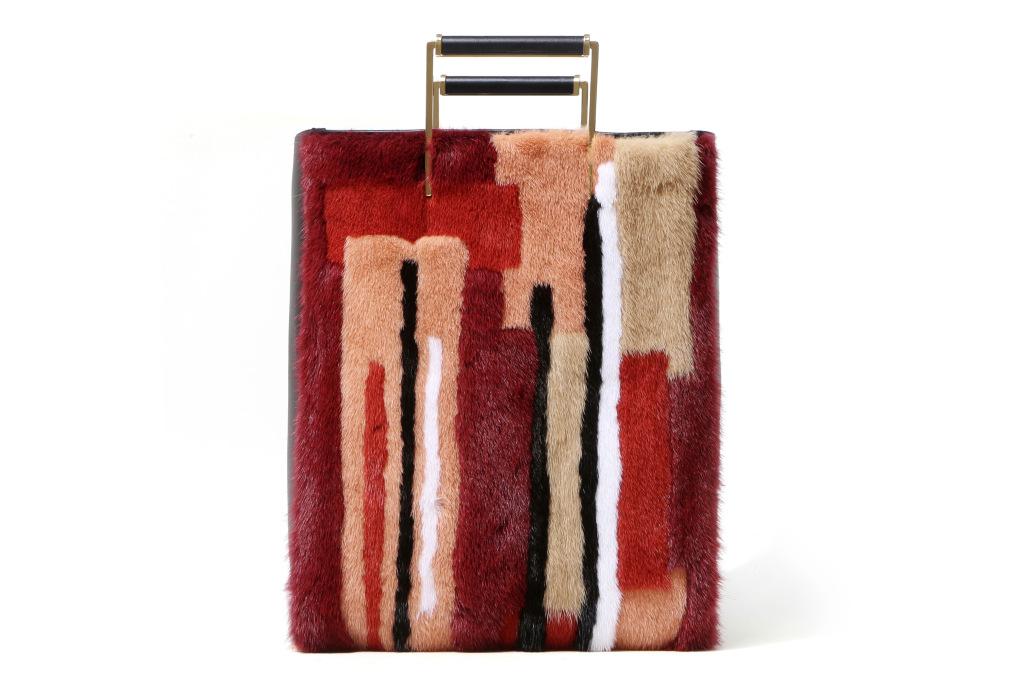 Большие сумки: модные тренды - сумка скомбинированная кусочки разноцветного меха по вертикали из коллекции Jason Wu.