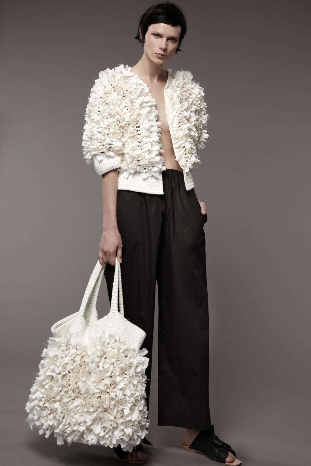 Воланы на белой кофте и сумке – модные тенденции этого сезона фото из коллекции M Patmos.