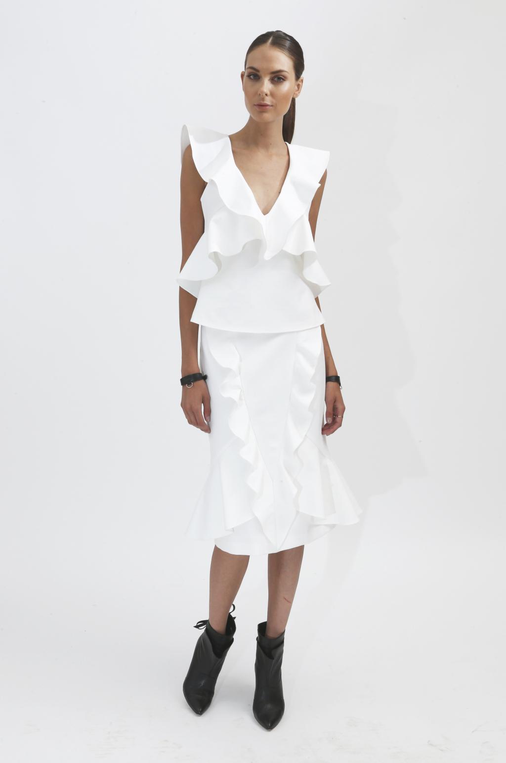 Воланы на белой кофте и юбке – модные тенденции этого сезона фото из коллекции Marissa-Webb.