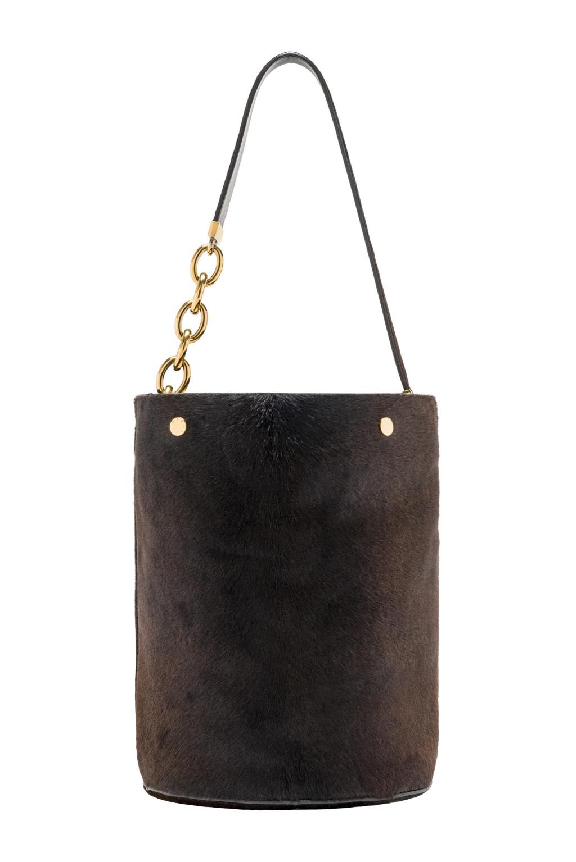 Большие сумки: модные тренды - сумка из однотонного меха благородного тёмного цвета из коллекции Marni.