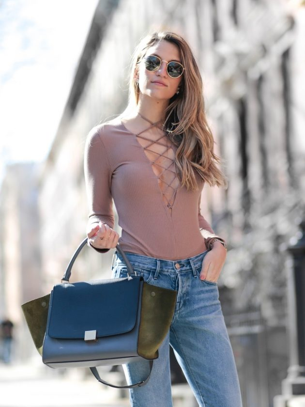 На фото: боди-топ с джинсами – трендовая новинка сезона.