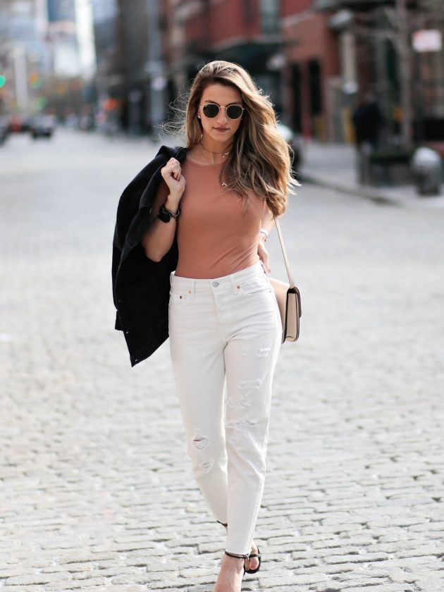 На фото: боди-топ с белыми брюками – трендовая новинка сезона.