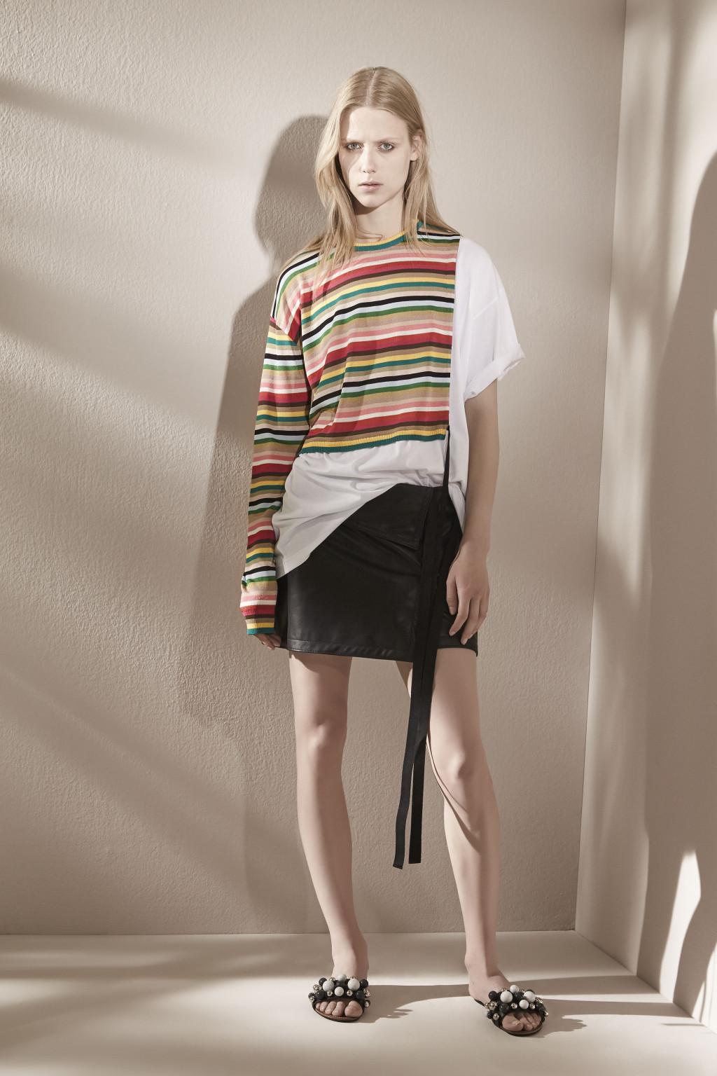 На фото: блузка в полску тренд лета из коллекции No. 21.