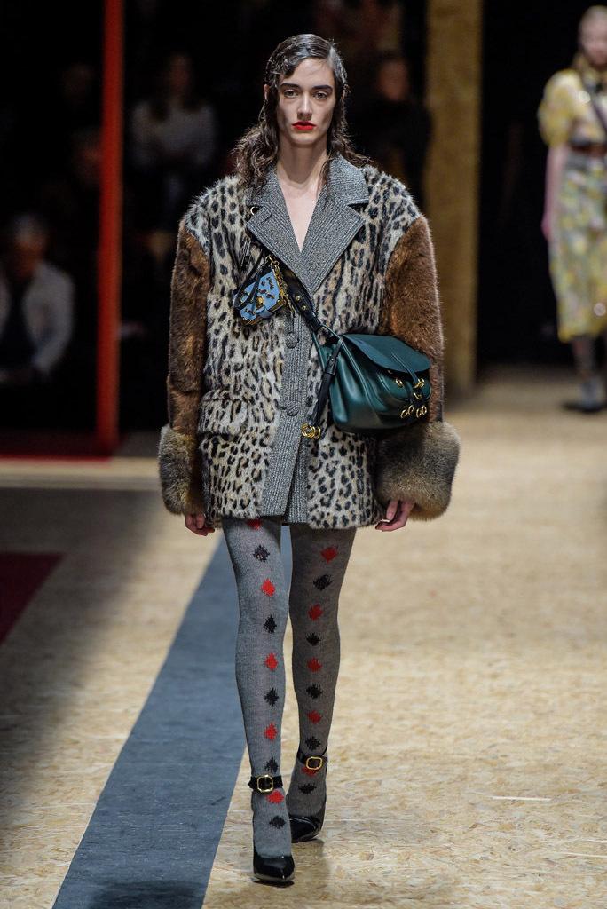 На фото: шуба с лепардовым принтом из коллекции Prada.