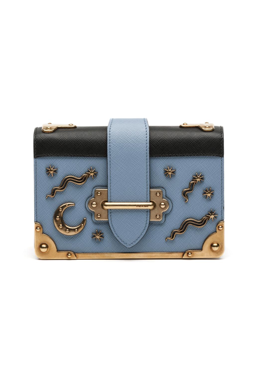 На фото: сумочка клатч - новинка сезона из коллекции Prada.
