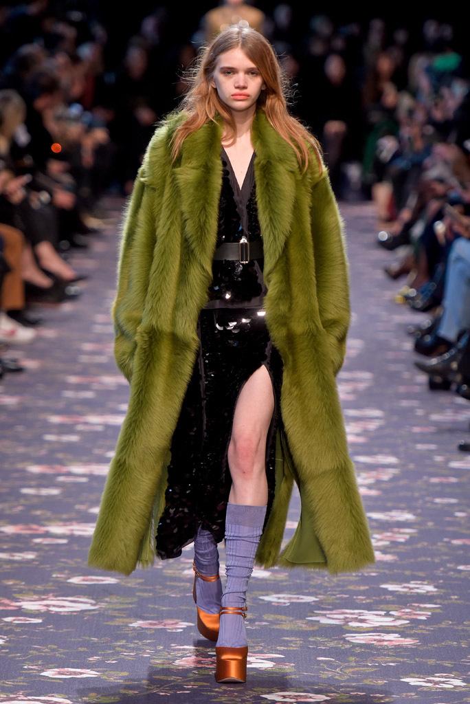 На фото: зеленая шуба - новый тренд осени и зимы из коллекции Rochas.