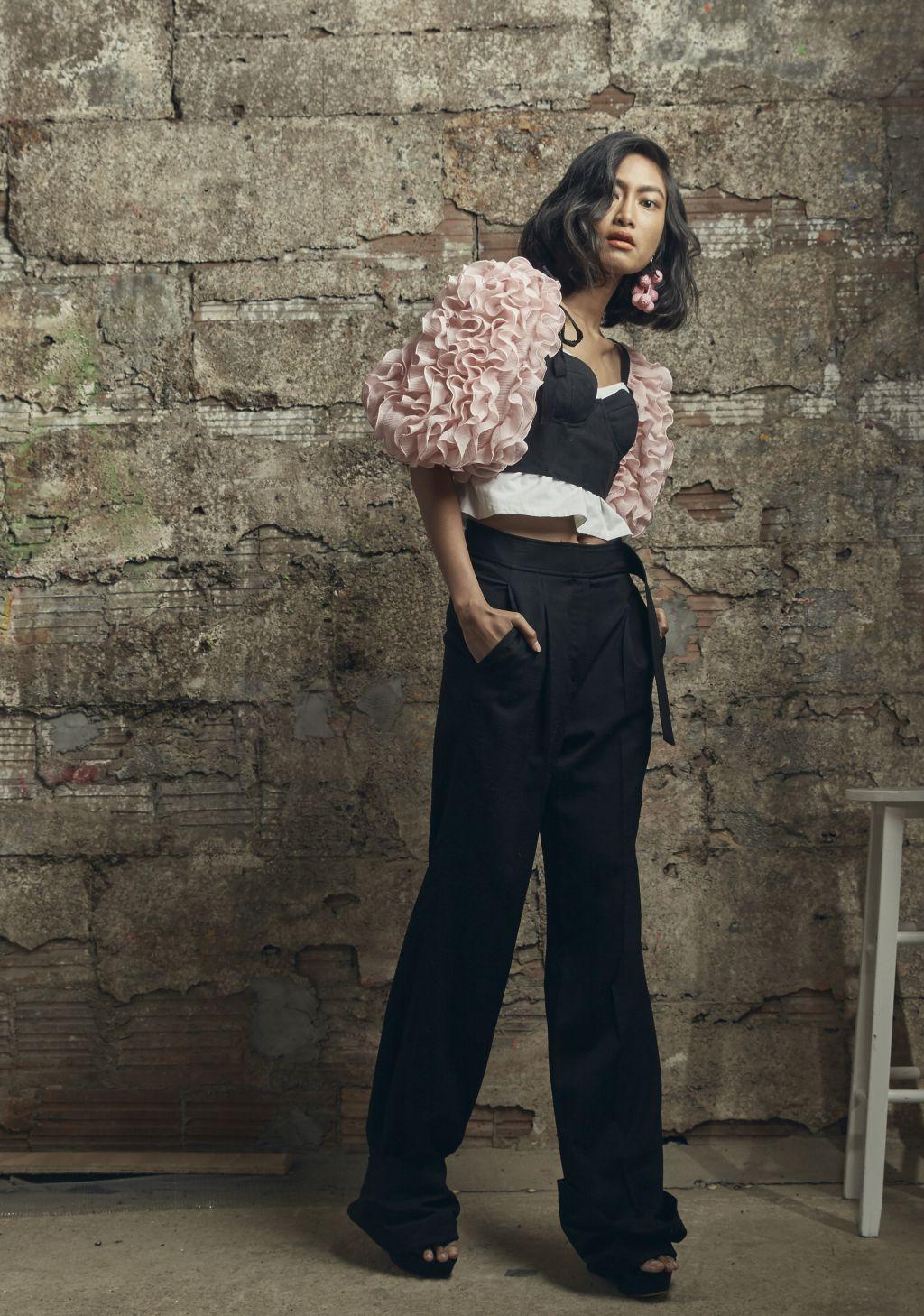 Воланы на на рукавах кофты – модные тенденции этого сезона фото из коллекции Rosie Assoulin.