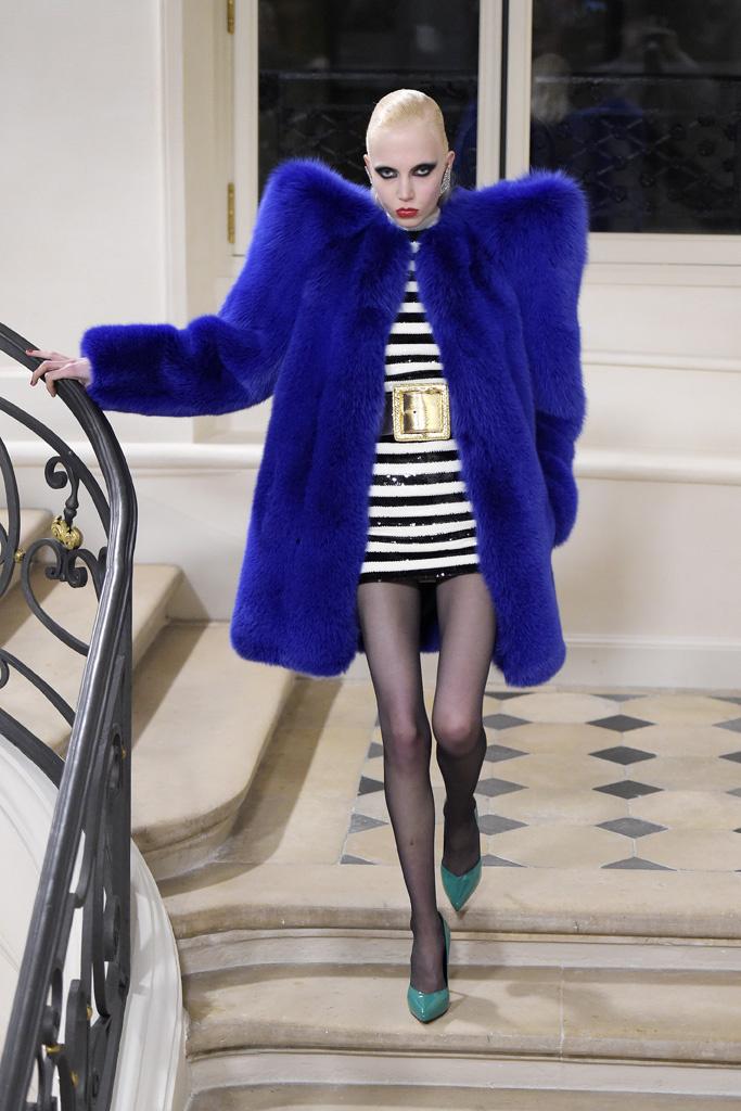 На фото: синяя шуба - новый тренд осени и зимы из коллекции Saint Laurent.