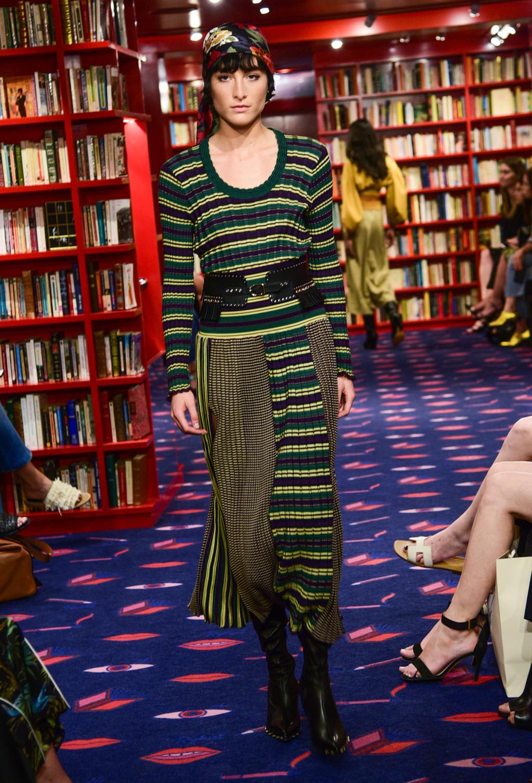 На фото: платье в разноцветную полску тренд лета из коллекции Pringle of Scotland.