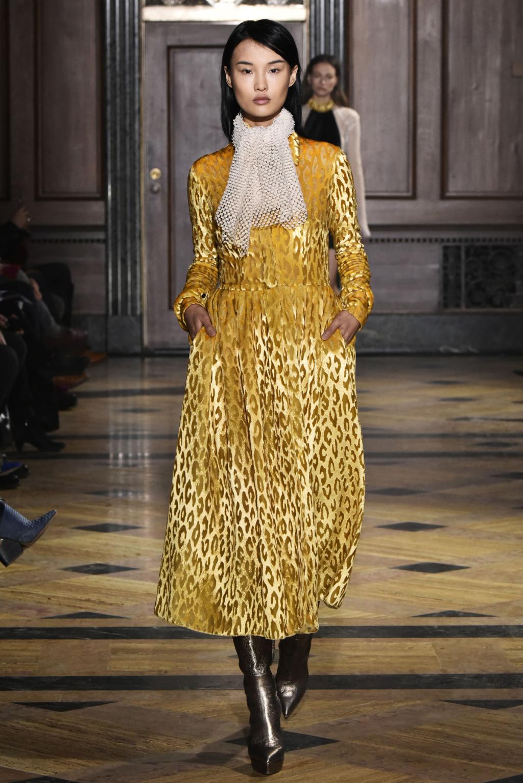 На фото: шикарное золотистое платье в пол, кошачьи пятнышки, которого совпадают по цвету с общим фоном тренд леопардового принта из коллекции Sophie Theallet.