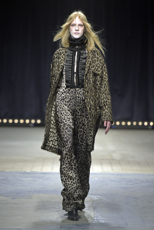 На фото: брючный костюм - тренд леопардового принта из коллекции Veronique Branquinho.