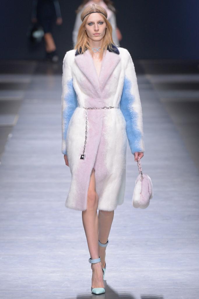 На фото: шуба - новый тренд осени и зимы из коллекции Versace.