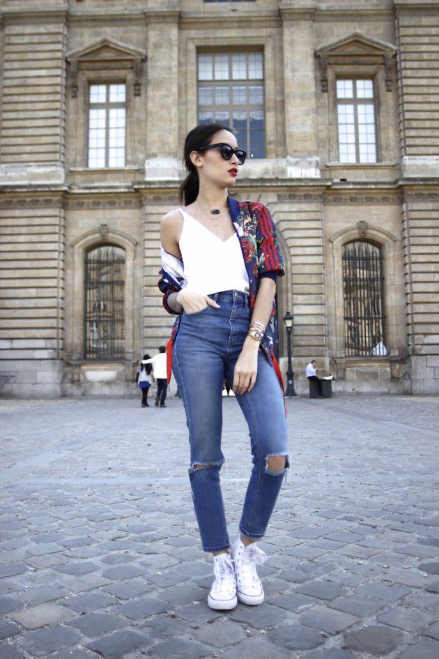 На фото: белые кеды Converse в сочетании с рваными джинсами и топом.