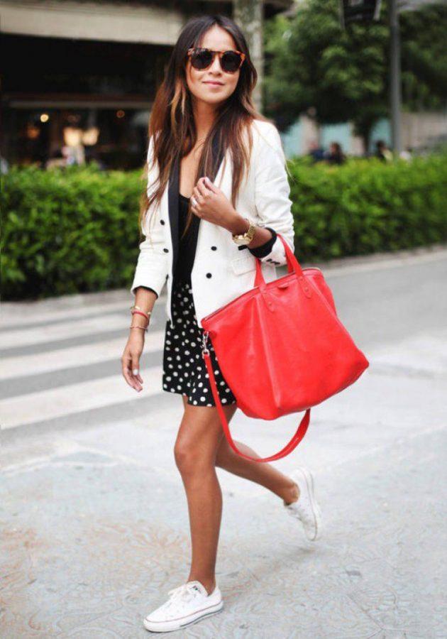 На фото: белые кеды Converse в сочетании с юбкой и белым пиджаком.