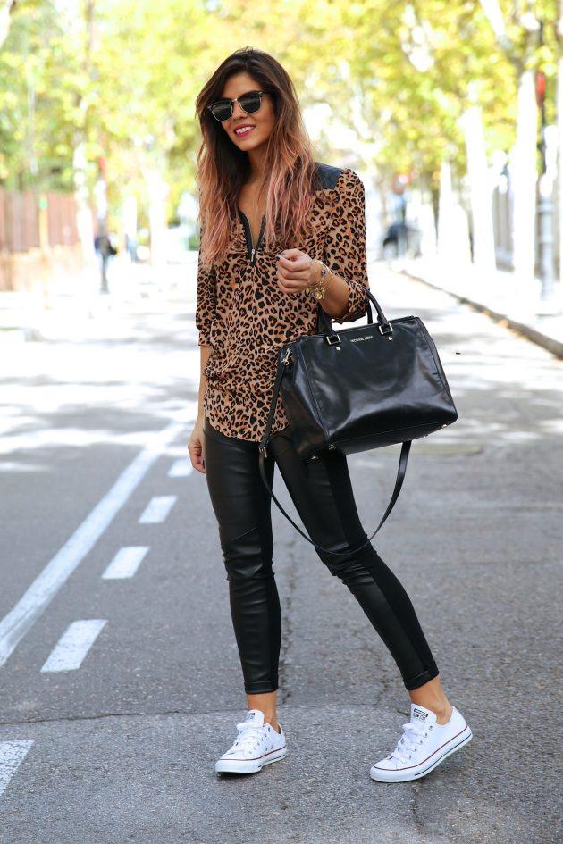 На фото: белые кеды Converse в сочетании с черными джинсами и пиджаком.