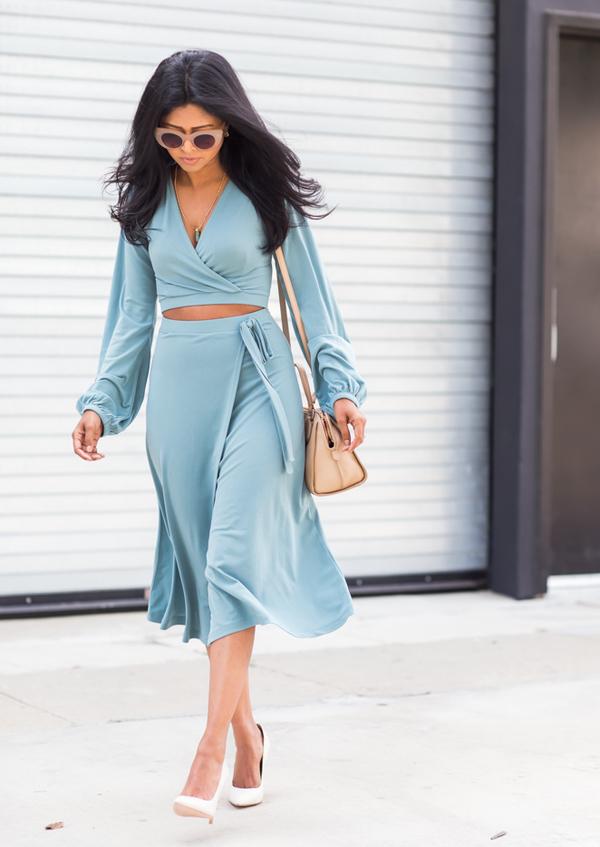 На фото: голубая юбка с такого же цвета модным топом.