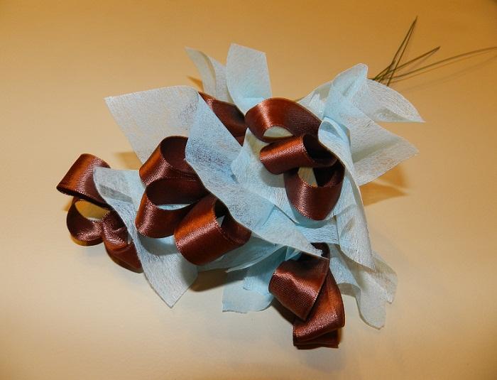 На фото: мастер-класс и пошаговое фото цветов из конфет.