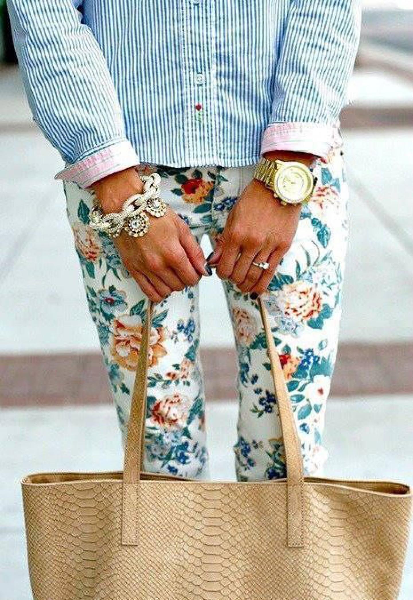 На фото: брюки с ярким цветочным узором.