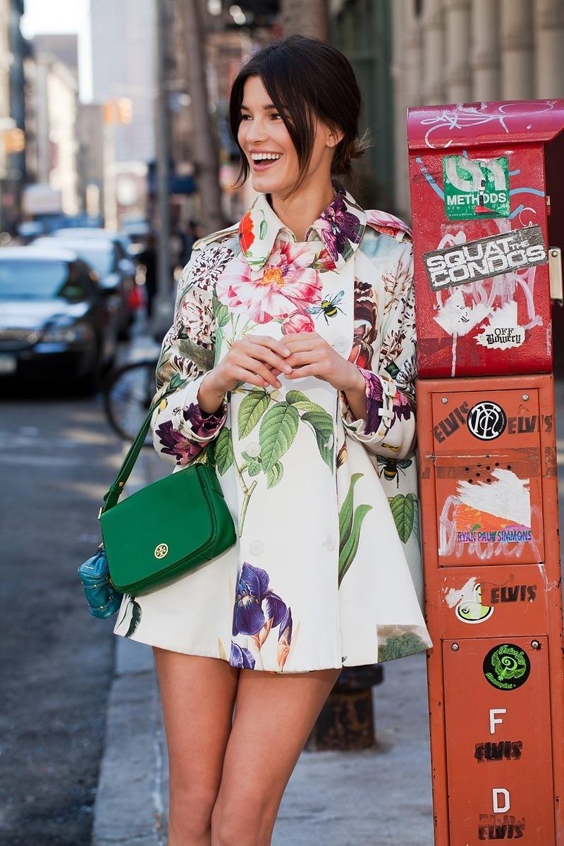 На фото: блуза и юбка с цветочным узором.