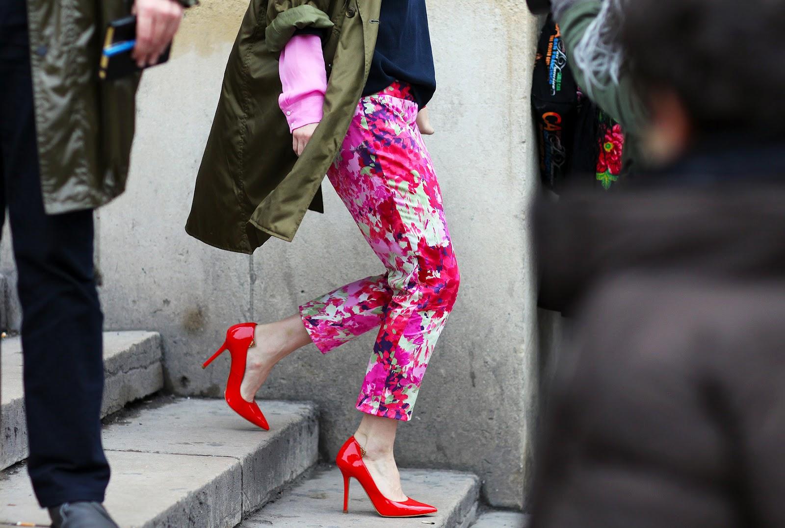 На фото: брюки капри с ярким цветочным узором.