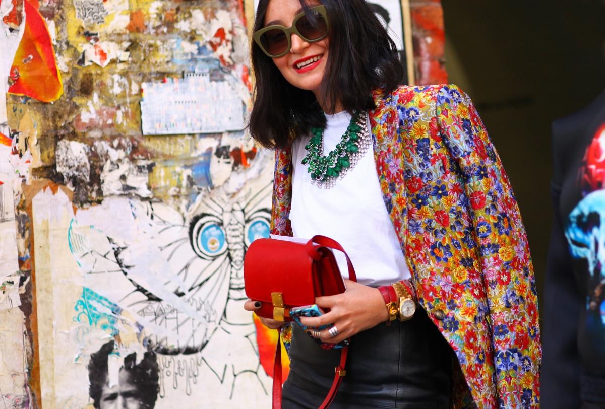 На фото: пиджак с ярким цветочным узором с белой блузой и черной юбкой.