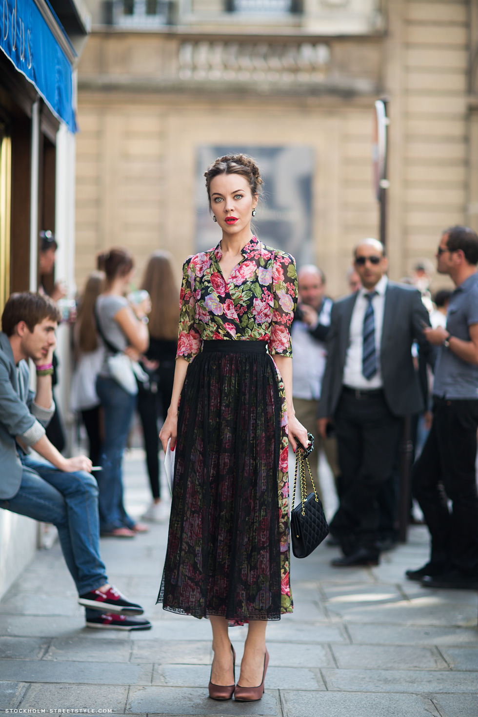 На фото: блузка с ярким цветочным узором.