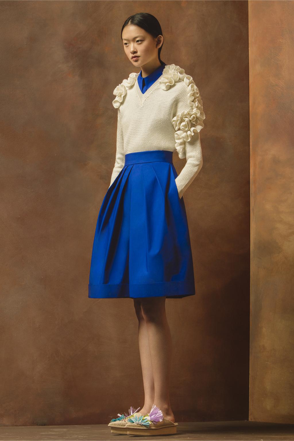 На фото: воланы на блузке– модные тенденции этого сезона фото из коллекции Delpozo.