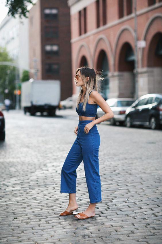 На фото: синии шорты с модным коротким топом.