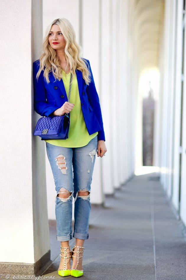 На фото: неоновая зеленая блузка с такого же цвета туфлями. .