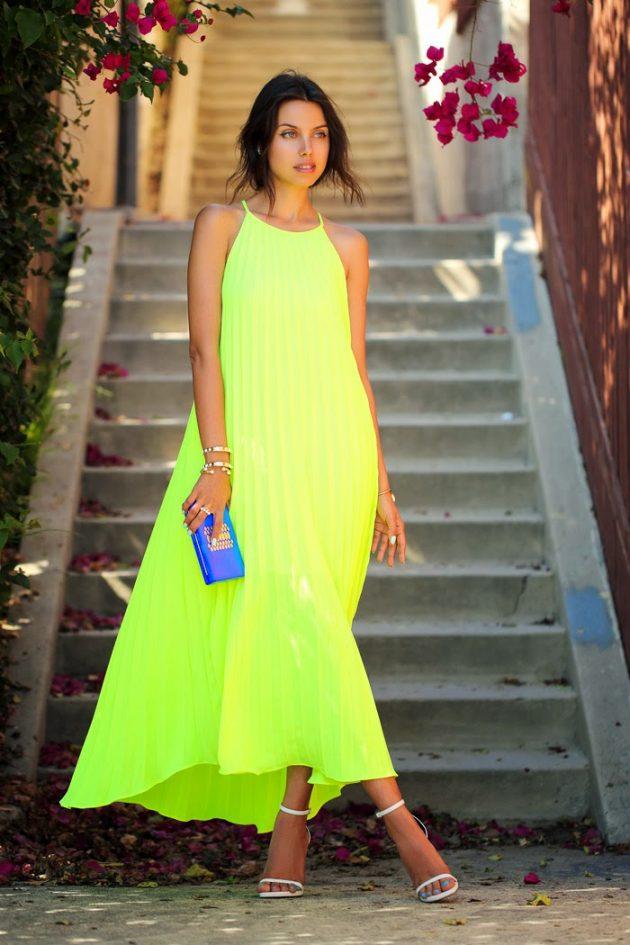 На фото: неоновое зеленое платье.