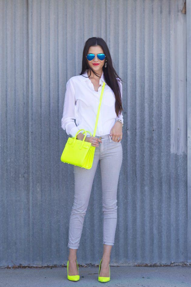 На фото: неоновая желтая сумка с такимиже туфлями и голубыми джинсами с белой блузкой.