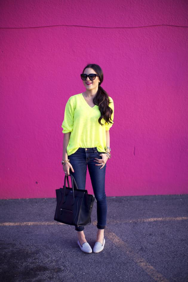 На фото: неоновая желтая кофта с толом и черными джинсами.