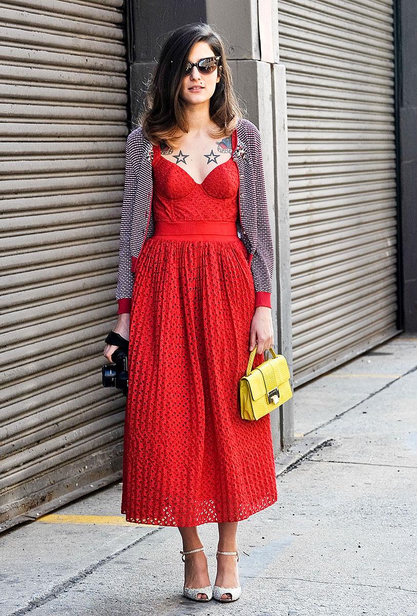 На фото: платье длиной миди - скрывает кривизну ног.