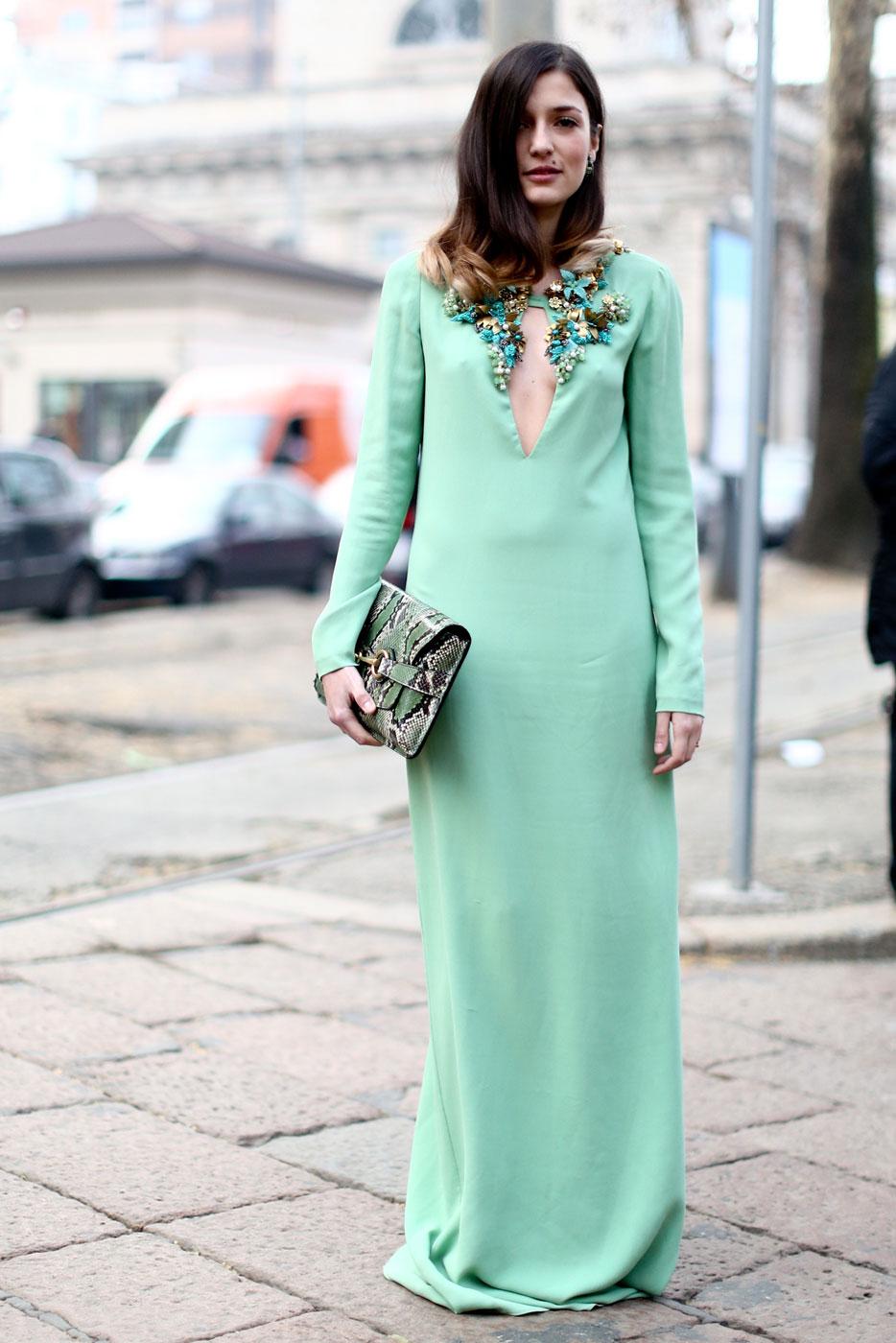 На фото: платье длиной макси - скрывает кривизну ног.
