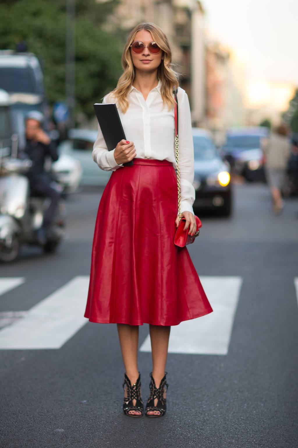 На фото: удлиненная юбка - скрывает кривизну ног.