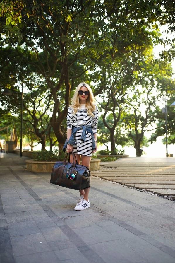 На фото: модные традиции кроссовки с платьем - сочетание цветной одежды и кроссовок