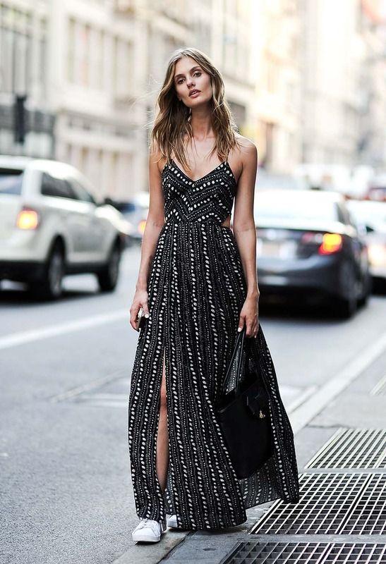 На фото: модные традиции кроссовки с платьем- черно-белые акценты всегда на пике моды.