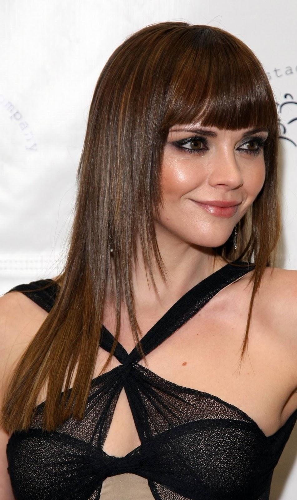На фото: стрижка лесенка с длинными волосами с прямой челкой - тренд сезона.