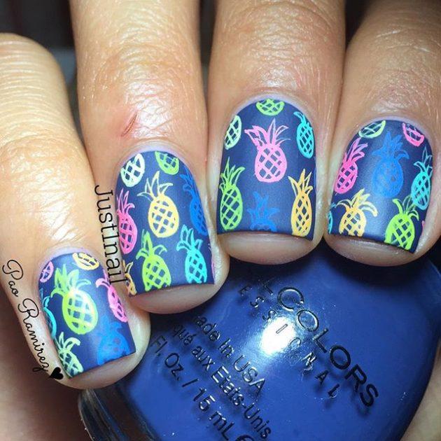 Летний маникюр: идеи летнего маникюра - разноцветные ананасы на синем фоне.