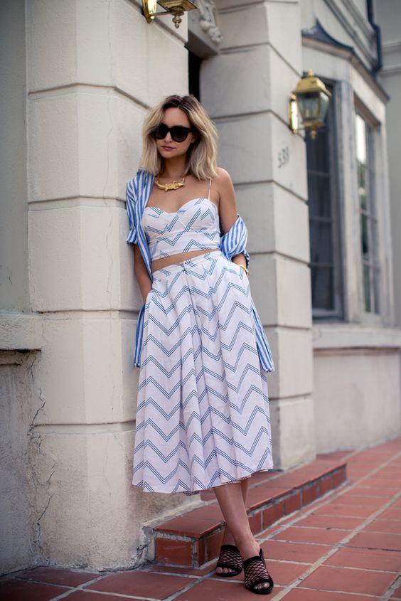 На фото: юбка с принтом и такого же цвета модным топом.