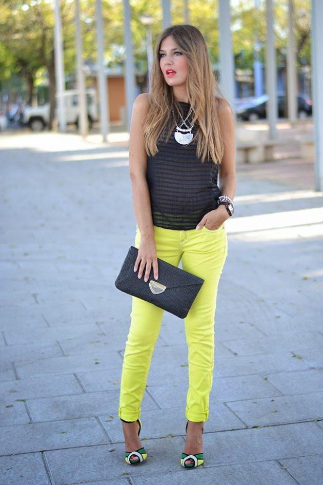 На фото: неоновая желтые джинсы с черным топои.