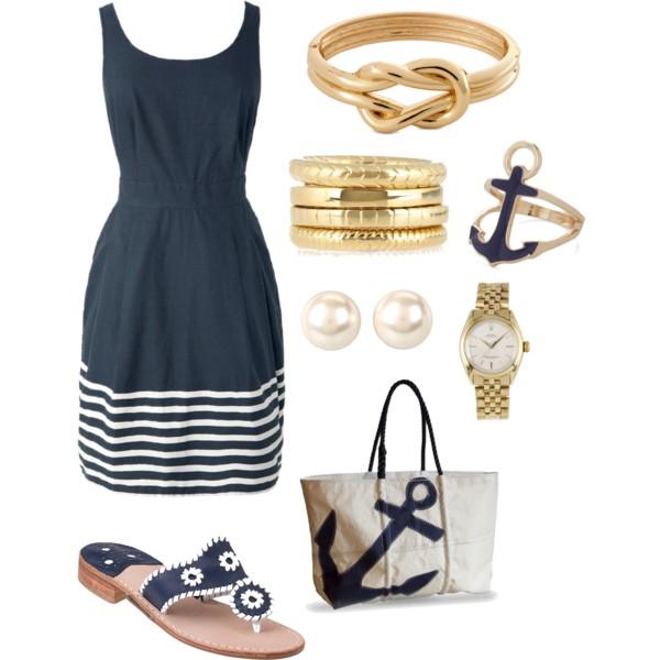 На фото: новый летнихй лук в морском стиле - черное платье с белой полоской по низу платья.