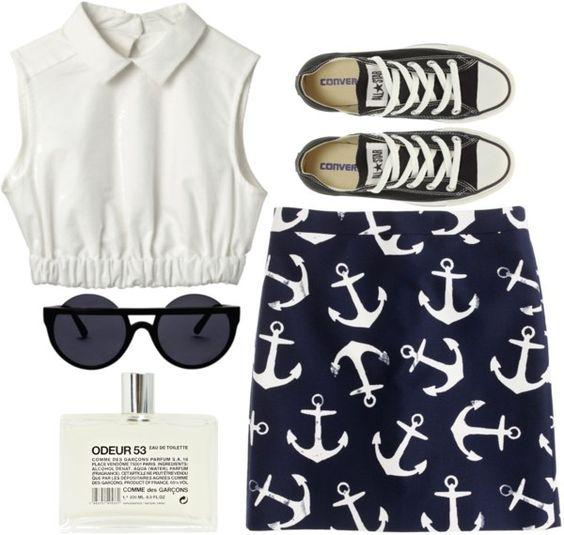 На фото: новый летнихй лук в морском стиле - черная юбка с рисунком в виде якоря.