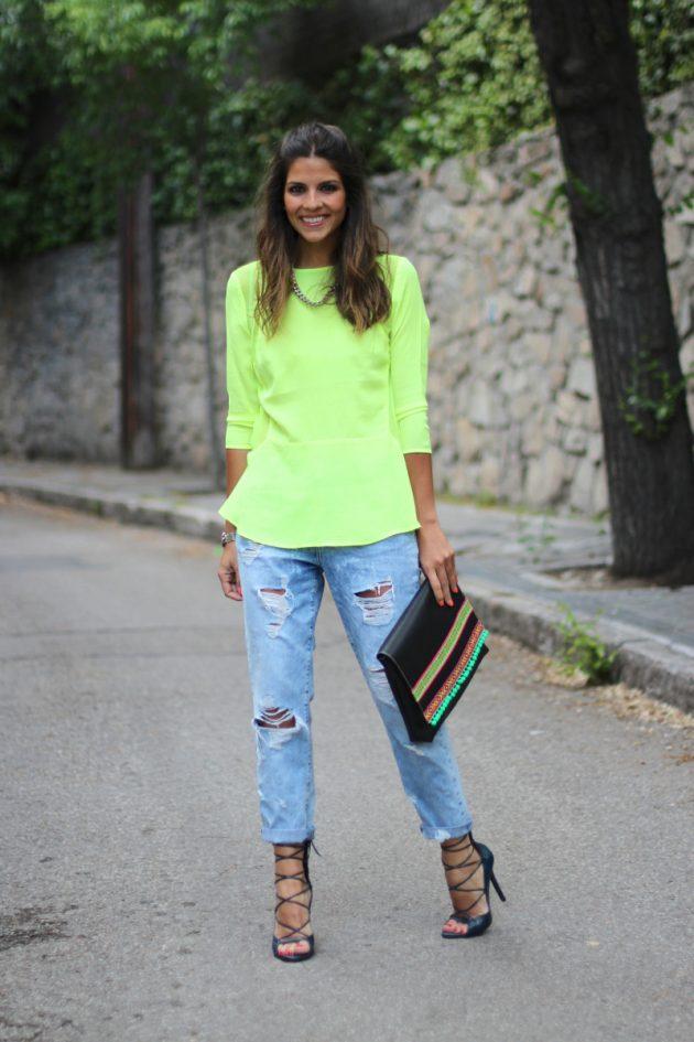 На фото: неоновая зеленая блузка с синими джинсами .