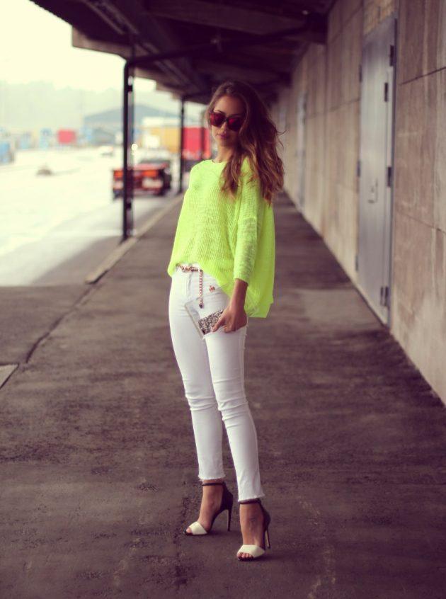 На фото: неоновая зеленая кофта с топом и белыми джинсами.