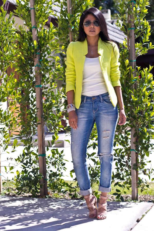На фото: неоновый желтый пиджак с белым топом и голубыми джинсами.