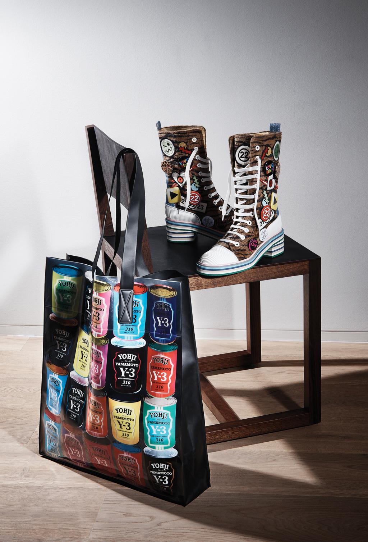 На фото: стильные кеды на шнуровке с яркой расписной сумочкой - тренд сезона.