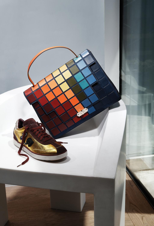 На фото: обувь с яркой расписной сумочкой - тренд сезона.