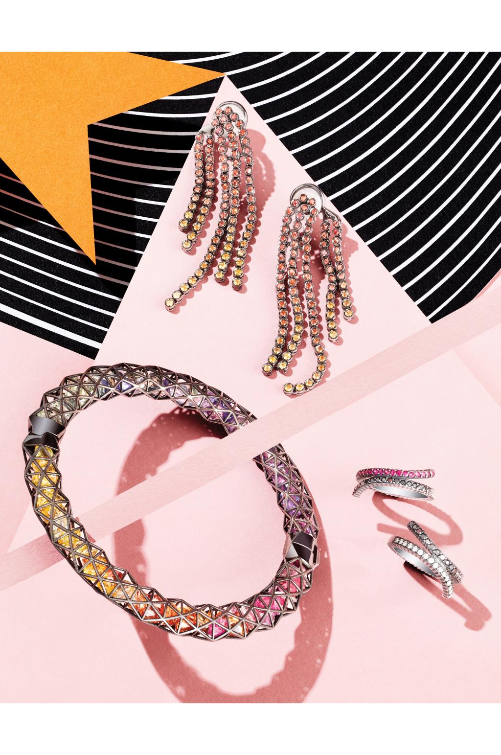 Модные украшения: кольцо с бриллиантами, розовыми сапфирами и цаворитами и в таком же стиле серьги с обилием камней.
